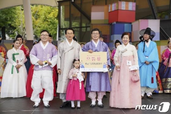 [사진] 김영종 종로구청장, 한복뽐내기대회 수상자와 함께