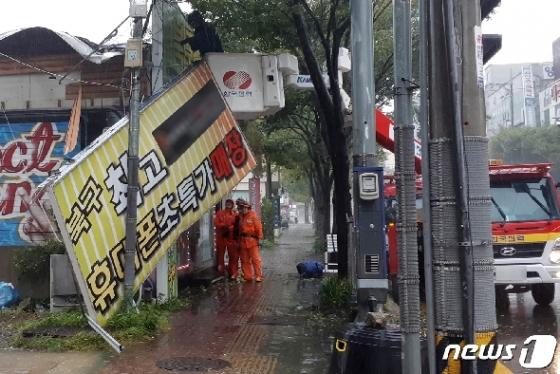 타파에 할퀸 상처…건물에 깔리고 벽돌맞고 의식불명(종합)