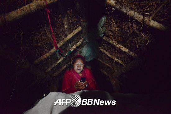차우파디로 헛간에 격리된 한 네팔 여성. /AFPBBNews=뉴스1