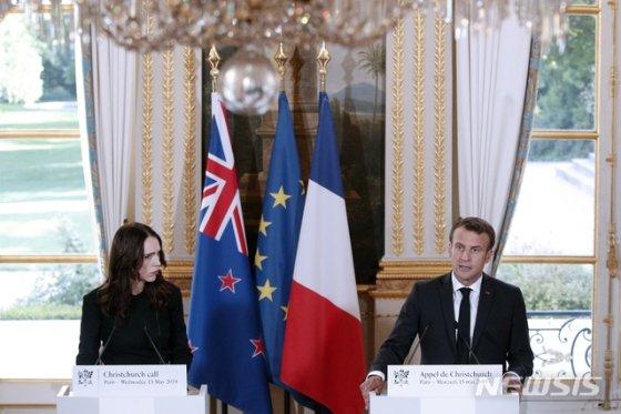【파리=AP/뉴시스】저신다 아던(왼쪽) 뉴질랜드 총리와 에마뉘엘 마크롱 프랑스 대통령이 15일(현지시간) 프랑스 파리 엘리제궁에서 열린 '크라이스트처치 콜' 회담을 마치고 공동기자회견을 하고 있다. 2019.05.16.