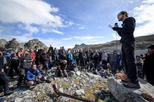 22일(현지시간) 스위스 글라루스 알프스 산맥에서 '피졸(Pizol) 빙하'의 장례식이 열렸다./사진=AFP