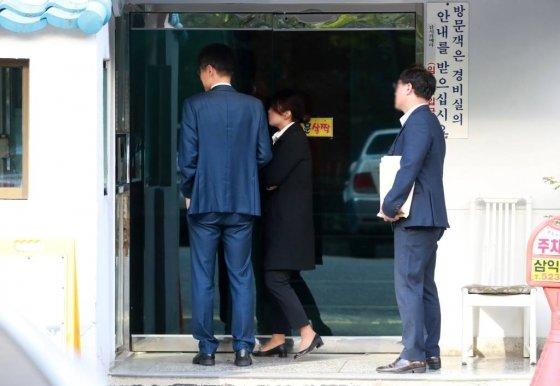 검찰 수사관들이 23일 오전 서울 서초구 방배동 조국 법무부 장관 자택 압수수색을 하기 위해 아파트 현관으로 들어서고 있다./사진=뉴시스