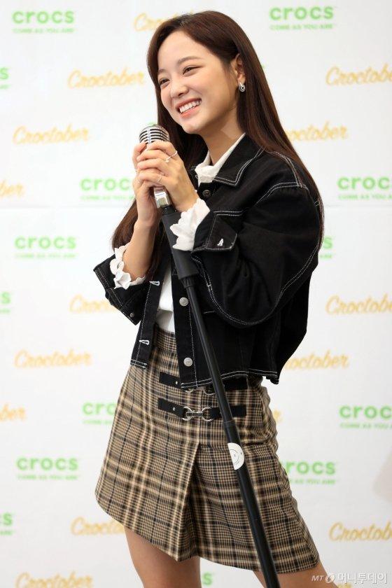 [사진]김세정 '가을에도 따뜻한 크록스와 함께!'