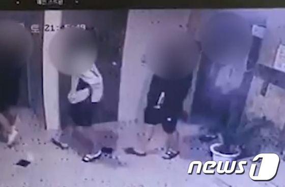 지난 6월 광주에서 10대 4명이 또래 학생을 원룸에서 집단폭행해 사망에 이르게 하는 사건이 발생했다. 사진은 광주 한 원룸으로 들어가는 가해자들의 모습./사진=뉴스1(광주지방경찰청 제공)