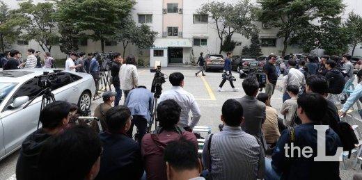 검찰이 조국 법무부 장관의 자택 압수수색을 시작한 가운데 23일 오전 서울 방배동 조국 장관의 자택 앞에서 취재진들이 대기 하고 있다. / 사진=김창현 기자 chmt@