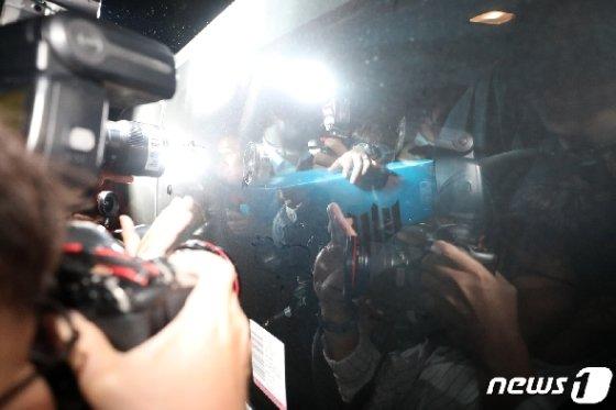 검찰이 23일  서울 서초구 방배동 조국 장관의 자택에서 압수물품 상자를 차량에 싣고 이동하고 있다. 2019.9.23/뉴스1 © News1 이승배 기자