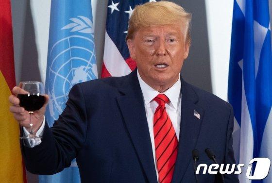 도널드 트럼프 미국 대통령이 24일(현지시간) 뉴욕 유엔본부에서 열린 유엔총회 오찬서 건배를 제의하고 있다. /AFP=뉴스1