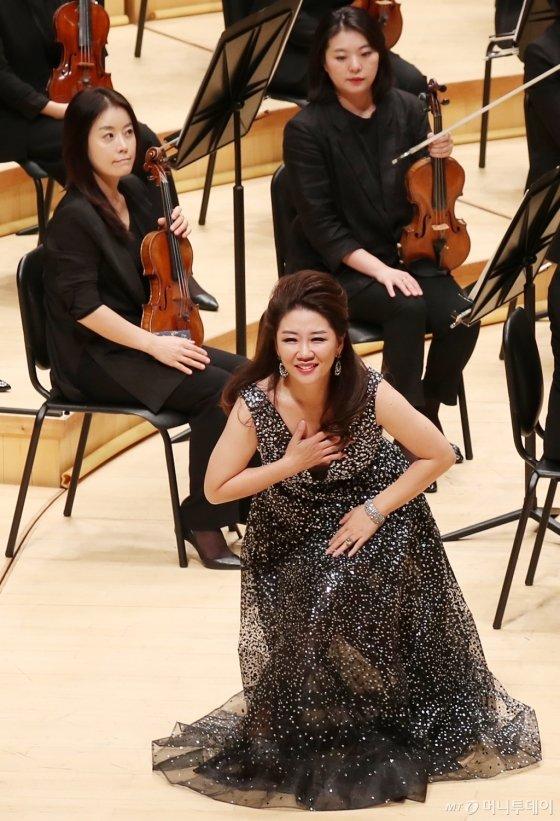 성악가 백재은이 25일 오후 서울 송파구 신천동 롯데콘서트홀에서 열린 머니투데이방송(MTN) 개국 11주년 기념 '2019 가을음악회 오페라 갈라콘서트 - PASSION'에서 인사를 하고 있다.