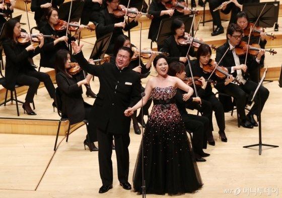 성악가 박하나, 우주호가 25일 오후 서울 송파구 신천동 롯데콘서트홀에서 열린 머니투데이방송(MTN) 개국 11주년 기념 '2019 가을음악회 오페라 갈라콘서트 - PASSION'에서 멋진 무대를 선보이고 있다.