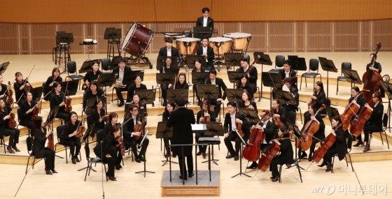 서희태 지휘자와 밀레니엄심포니 오케스트라가 25일 오후 서울 송파구 신천동 롯데콘서트홀에서 열린 머니투데이방송(MTN) 개국 11주년 기념 '2019 가을음악회 오페라 갈라콘서트 - PASSION'에서 멋진 무대를 선보이고 있다.