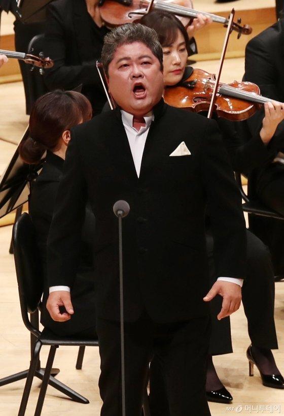 성악가 이정원이 25일 오후 서울 송파구 신천동 롯데콘서트홀에서 열린 머니투데이방송(MTN) 개국 11주년 기념 '2019 가을음악회 오페라 갈라콘서트 - PASSION'에서 멋진 무대를 선보이고 있다.