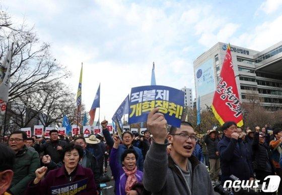 15일 오후 서울 영등포구 여의도 산업은행 앞에서 열린 '전국 농민대회'에서 참석자들이 손팻말을 들고 구호를 외치고 있다. 이날 농민들은 정부와 국회에 채소값 폭락 대책 수립, 직불제 개혁 등을 촉구 했다./사진=뉴스1