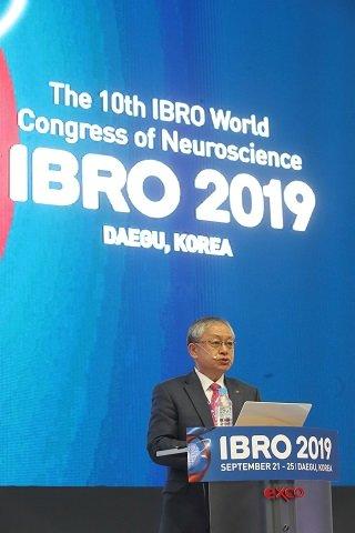 서판길 한국뇌연구원장이 제10차 세계뇌신경과학총회(IBRO 2019)에서 개회사를 하고 있다/사진=한국뇌연구원