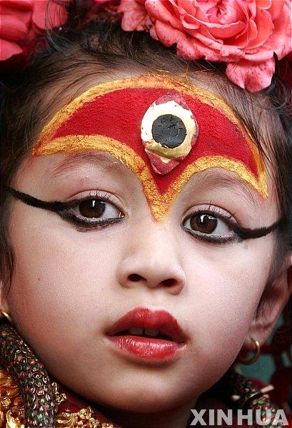 2009년 살아있는 여신 '쿠마리' 마티나 샤카가 네팔 수도 카트만두에서 열린 머친드로나트 축제를 지켜보고 있다. 당시 마티나는 4살이었다. '쿠마리'는 연중 열세번의 특별한 경우에만 대중에 모습을 드러내 악으로부터 사람들을 보호하고 행운을 가져다 준다는 살아있는 여신으로 힌두교도와 불교도 모두에게 추앙받고 있다. 2009.04.06/사진=뉴시스