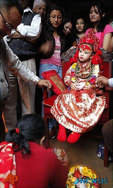 네팔 수도 카트만두에서 힌두교 신자들이 여신 시바의 화신이라 믿고 있는 세토 마친드라나스 마차 행진이 열리고 있는 가운데 힌두 신자들이 살아있는 여신 '쿠마리'를 경배하고 있다. /사진=뉴시스