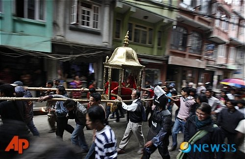네팔 수도 카트만두에서 열린 연례 새해맞이 축제. 시민들이 살아있는 여신 '쿠마리'를 가마에 태우고 거리행진을 하고 있다../사진=뉴시스