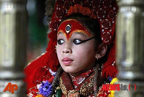 연례 말 경주 축제를 맞이 한 네팔 카트만두에서 '살아있는 여신'인 쿠마리가 가마에 타고 축제 경기장으로 가고 있다. 축제장의 말발굽 소리가 악령을 몰아낸다. /사진=뉴시스