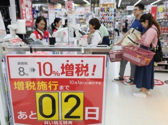 지난 29일 일본의 한 상점에 소비세율 인상 안내문이 붙어 있다. /사진=로이터통신