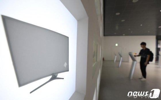 1일 오후 서울 서초구 삼성전자 딜라이트를 찾은 관람객이 전시된 반도체와 디스플레이 소개 화면을 살펴보고 있다. 2019.7.1/사진=뉴스1