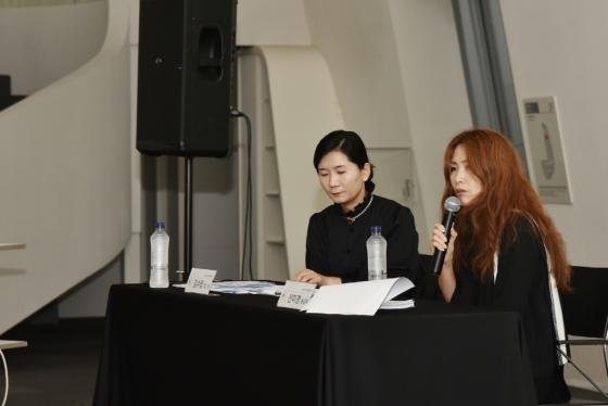 서울디자인재단은 1일 서울 DDP(동대문디자인플라자)에서 기자간담회를 열어 '2020 S/S(봄·여름) 서울패션위크' 운영 계획을 밝혔다. 전미경 신임 총감독(왼쪽 두번째, 마이크 든 사람)이 기자들의 질의에 답하는 모습./사진제공=서울디자인재단