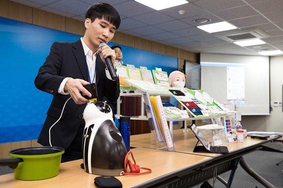 공태식 한국과학기술원(KAIST) 전산학부 박사과정 대학원생이 1일 오전 세종특별자치시 세종파이낸스센터 과기정통부 기자실에서'스마트폰으로 두드려 사물을 인식하는 신기술 개발' 관련 시연을 하고 있다/사진=과기정통부