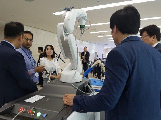 큐렉소가 지난 9월28일 열린 컴퓨터정형외과학술대회(CAOS-Korea)에서 '큐비스-조인트'를 전시했다./사진=큐렉소