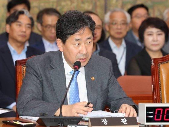 2일 오후 서울 여의도 국회 문화체육관광위원회에서 국정감사가 열리고 있는 가운데 박양우 장관이 의원들의 질의에 답변하고 있다./사진=뉴시스