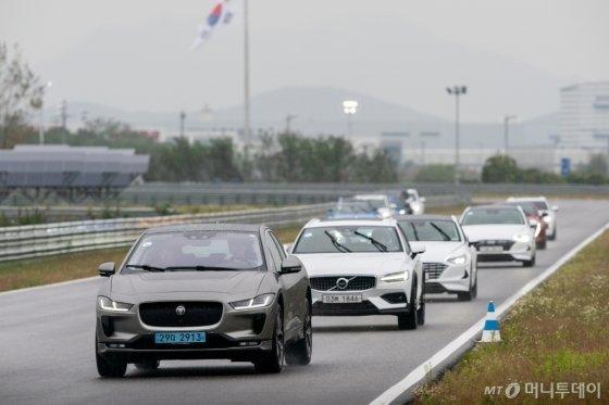 지난 2일 '2020 올해의 차' 전반기 심사를 위해 인천시 영종도에 위치한 BMW 드라이빙센터에서 트랙 주행을 하는 모습. /사진제공=한국자동차기자협회
