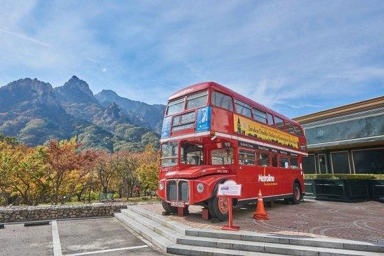 켄싱턴호텔 설악에 설치된 영국 2층 버스 '루트 마스터'. /사진=켄싱턴호텔앤리조트