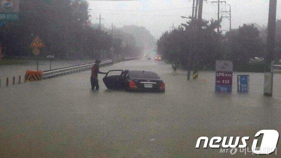 제18호 태풍 '미탁'이 남부지방을 관통한 3일 오전 강릉시 강남동 청량교차로 도로가 물에 잠겨 차량이 침수되어 있다./사진=뉴스1