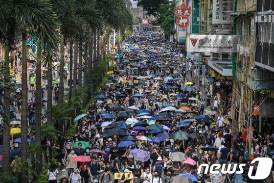 15일(현지시간) 송환법 철회 발표 이후에도 홍콩 시민들이 우산을 들고 행정장관 직선제 등을 요구하는 민주화 시위를 하고 있다. / AFP=뉴스1