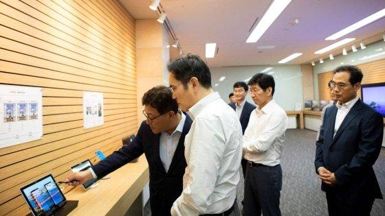 이재용 삼성전자 부회장이 지난 8월말 삼성디스플레이 충남 아산사업장을 방문, 제품을 살펴보고 있다. /사진제공=삼성전자