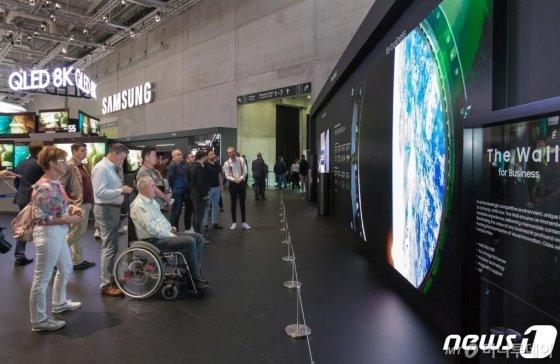 6일(현지시간) 독일 베를린에서 열린 가전전시회 'IFA 2019'에 마련된 삼성전자 전시장에서 관람객들이 상업용 디스플레이 '더 월(The Wall) 프로페셔널' 219형 제품을 감상하고 있다.(삼성전자 제공) 2019.9.6/사진=뉴스1