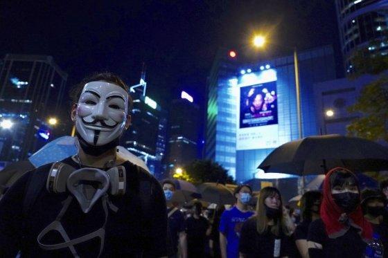 【홍콩=AP/뉴시스】4일 홍콩 도심에서 한 시위자가 '가이 포크스' 가면을 쓰고 거리 시위에 동참하고 있다. 앞서 이날 오후 홍콩 정부는 시위대의 마스크 착용을 금지하는 '복면금지법'을 5일 0시부터 시행하기로 했다. 2019.10.05
