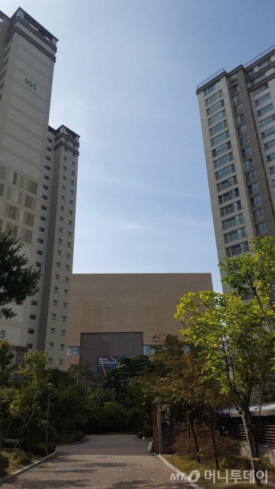 판교푸르지오그랑블 단지 내부 모습. 동 사이에 판교현대백화점이 보인다. /사진=송선옥 기자