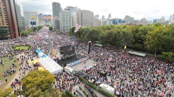 3일 오후 서울 세종대로 일대에서 자유한국당, 우리공화당 등 보수 야당 및 단체들이 조국 법무부 장관의 사퇴를 촉구하며 집회를 하고 있다. / 사진=이동훈 기자 photoguy@