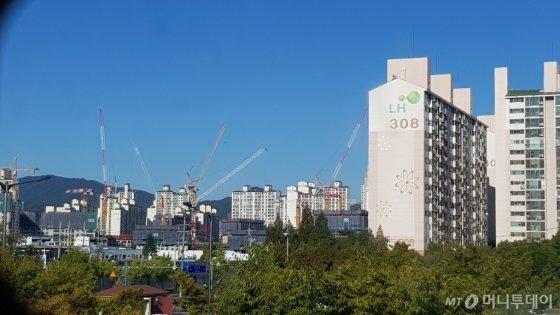 왼쪽에 공사 중인 수원시 장안구 정자동 '화서역 파크 푸르지오' 단지 모습이 보인다./사진= 박미주 기자