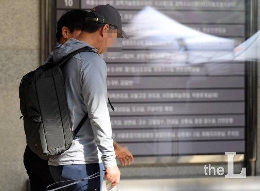 조국 법무부 장관의 동생 조모씨가 1일 오전 서울 서초구 서울지방검찰청에서 조사를 받기 위해 청사로 들어서고 있다. / 사진=김창현 기자 chmt@