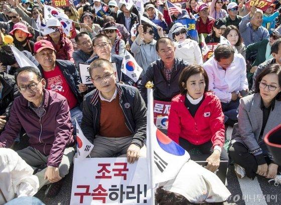 한글날인 9일 오후 서울 광화문 세종대로 일대에서 '문재인 하야 범국민투쟁운동본부'를 중심으로 한 보수단체들이 집회를 열고 구호를 외치고 있다./사진=김휘선 기자