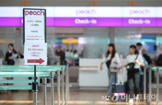 지난 8월 말, 인천국제공항 한 저가 항공사의 오사카행 체크인 카운터가 비교적 한산한 모습/사진=뉴시스