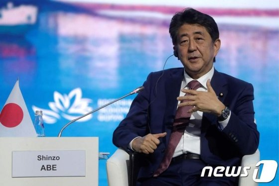 (블라디보스토크 AFP=뉴스1) 우동명 기자 = 아베 신조 일본 총리가 5일 (현지시간) 블라디보스토크에서 열린 동방경제포럼에 참석을 하고 있다.