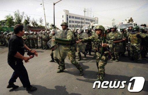 위구르인 시위를 진압하고 있는 중국 경찰. © AFP=News1 자료 사진