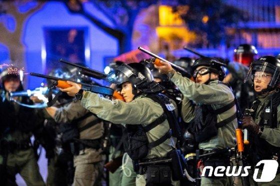 홍콩 경찰이 8일 구룡지역에서 반정부 시위대를 향해 고무총을 발사하고 있다. © 로이터=뉴스1 © News1 포토공용 기자
