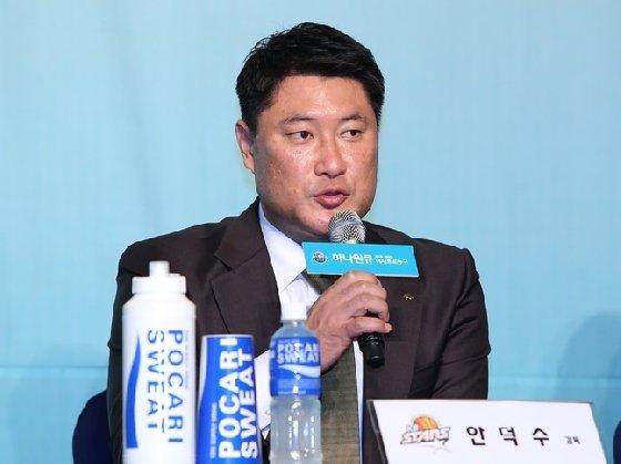 '디펜딩 챔피언' 청주 KB스타즈의 안덕수 감독. /사진=WKBL 제공<br> <br>