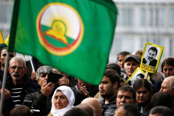 9일(현지시간) 프랑스 스트라스부르 유럽의회 앞에 수백 명의 쿠르드인이 시리아 내 쿠르드에 대한 터키의 공격을 비판하는 시위를 벌이고 있다/사진=로이터