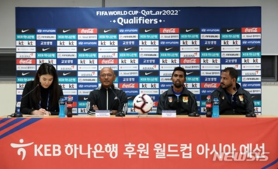 스리랑카 남자 축구대표팀 니잠 파키르 알리(왼쪽에서 두번째) 감독이 9일 경기 화성종합경기타운 주경기장에서 열린 기자회견에서 취재진 질문에 답하고 있다. / 사진 = 뉴시스