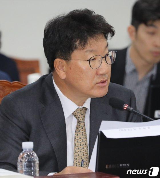 권성동 자유한국당 의원이 10일 정부세종2청사 국세청에서 열린 국회 기획재정위원회의 국세청에 대한 국정감사에서 발언을 하고 있다. /사진=뉴스1