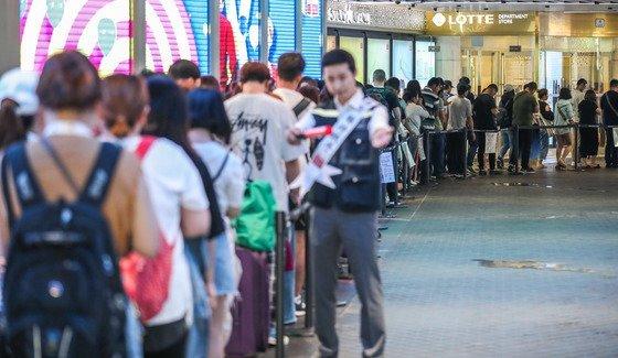 서울 중구 롯데면세점 본점 입구에서 면세점 개점을 기다리는 중국인 관광객들의 모습. /사진=뉴스1