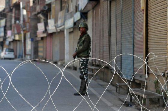 지난달 10일(현지시간) 인도 정부가 잠무-카슈미르의 주 지위 박탈을 결정한 후 시니라가르에서 인도군이 길을 통제하고 있다/사진=로이터