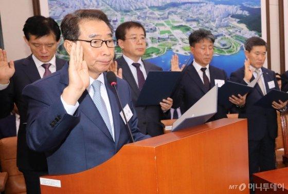 이강래 한국도로공사 사장이 10일 오전 서울 국회 국토교통위원회 한국도로공사와 한국교통안전공단 국정감사에서 참석해 선서를 하고 있다. /사진제공=뉴시스